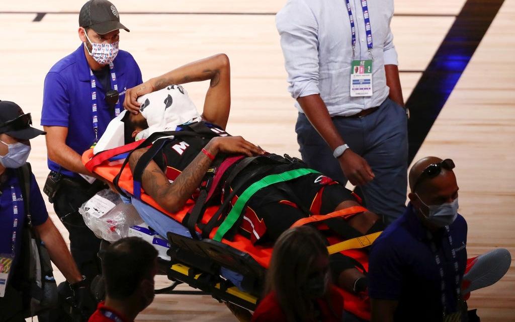 Sao trẻ Miami Heat chấn thương nặng, phải nẹp cổ rời sân trên cáng