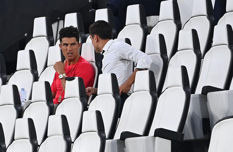 Ronaldo mặc sai dress code trong ngày Juve đăng quang ngôi vô địch Serie A lần thứ 9 liên tiếp - Ảnh 4.