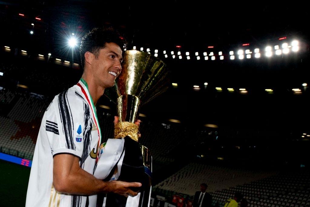 Ronaldo mặc sai dress code trong ngày Juve đăng quang ngôi vô địch Serie A lần thứ 9 liên tiếp - Ảnh 9.