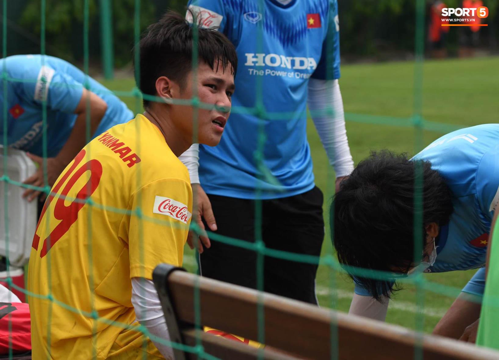 Cảm động khoảnh khắc tuyển thủ U22 Việt Nam cõng bạn chấn thương đi dưới trời mưa - Ảnh 1.