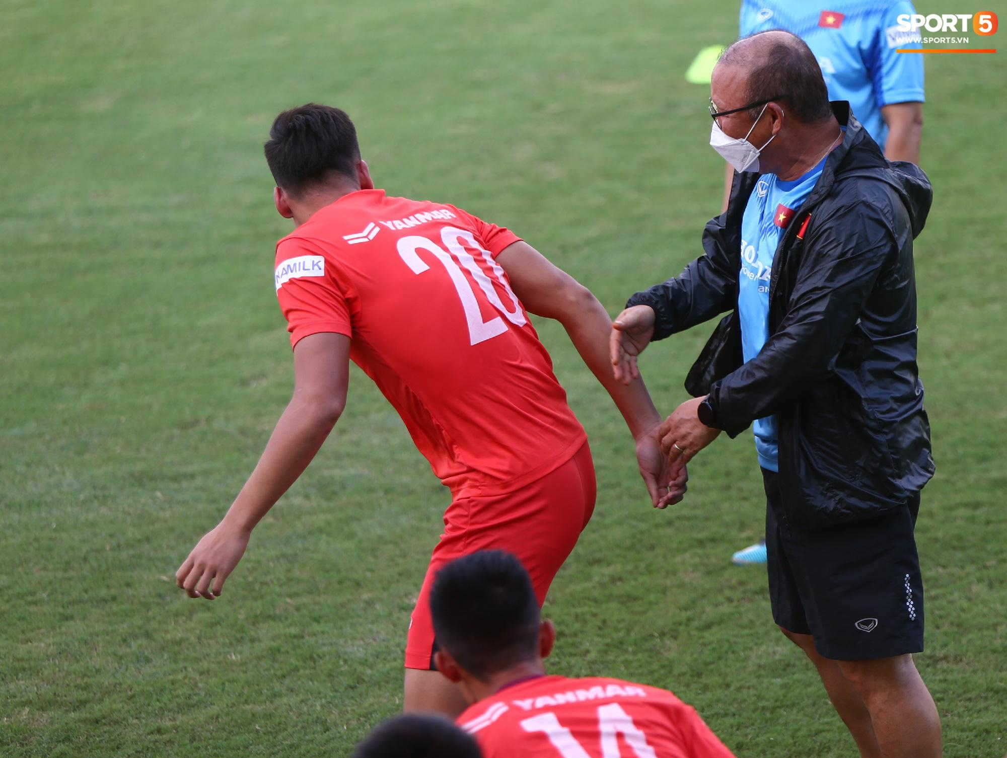 Cầu thủ U22 Việt Nam giải cứu chiếc xe gặp sự cố khó đỡ, mắc kẹt vì cống thoát nước - Ảnh 4.