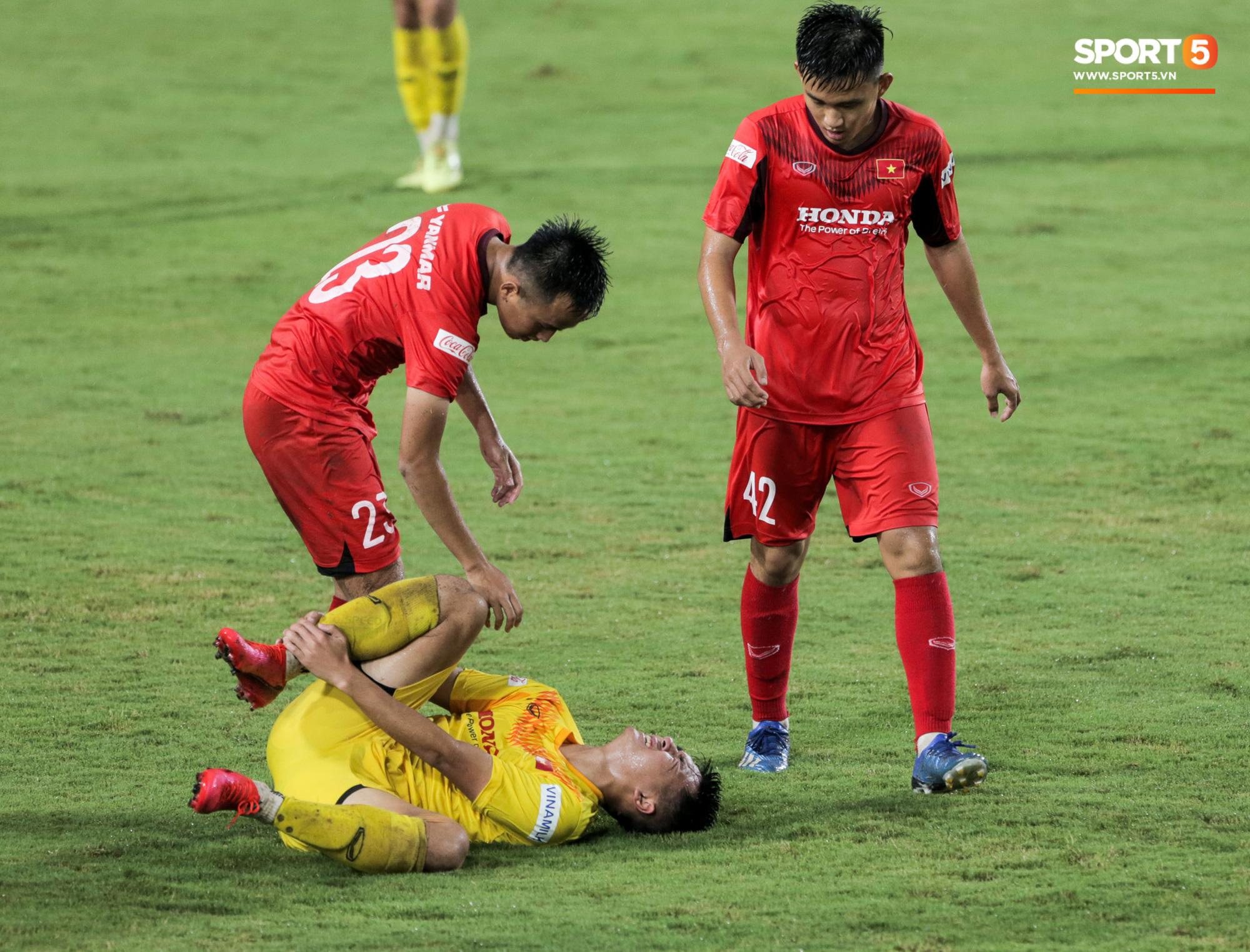 HLV Park Hang-seo không cản nổi học trò đá quyết liệt dù đã cấm xoạc bóng sau sự cố chấn thương - Ảnh 4.