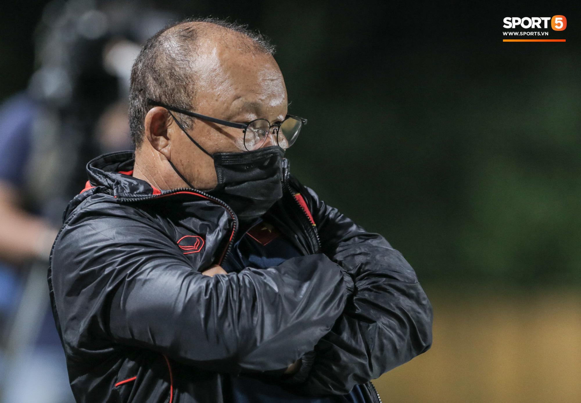 HLV Park Hang-seo không cản nổi học trò đá quyết liệt dù đã cấm xoạc bóng sau sự cố chấn thương - Ảnh 5.