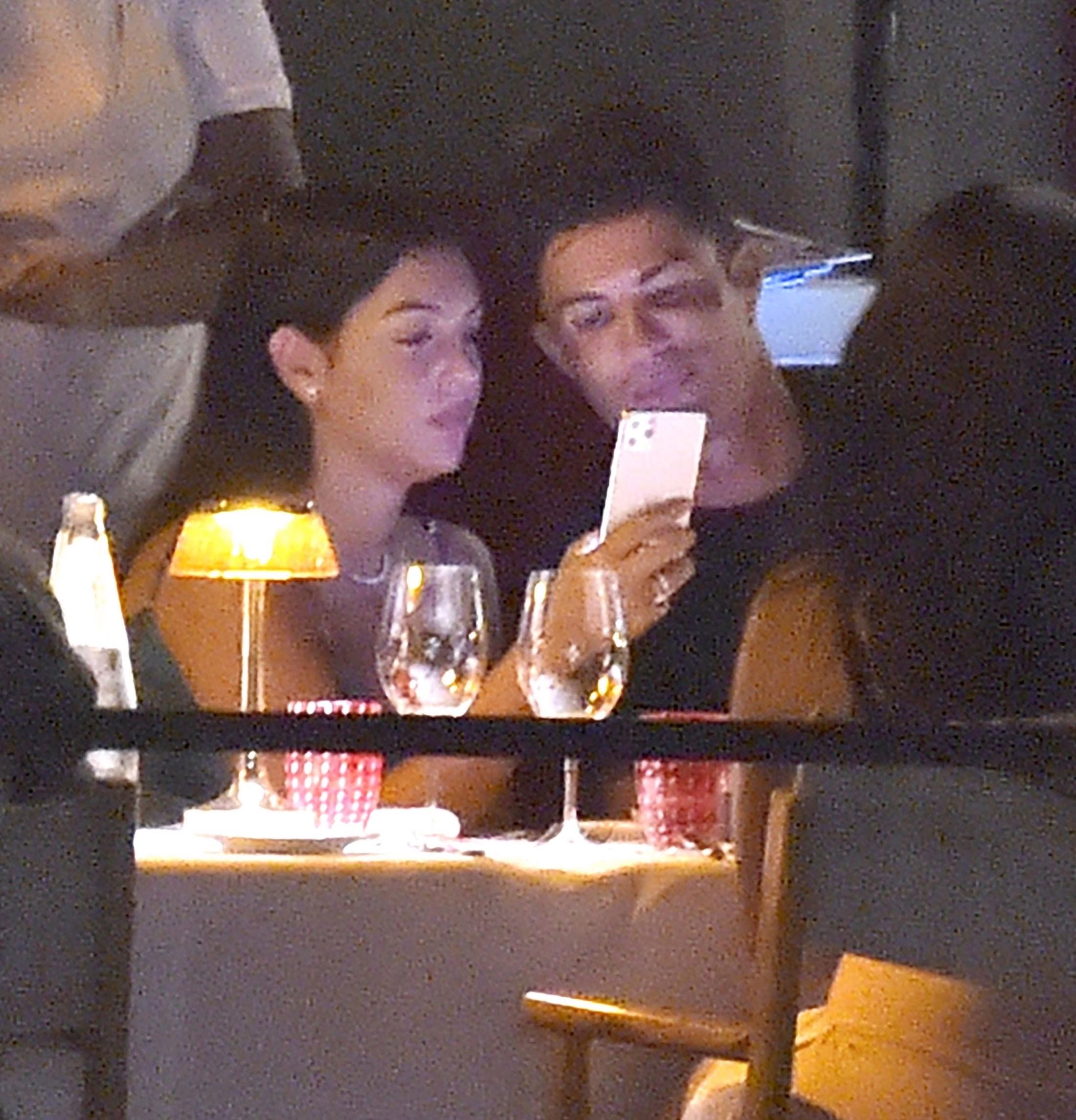 Ronaldo và bạn gái lại khiến dân tình ghen tị: Tay trong tay dạo biển, ăn tối lãng mạn - ảnh 4