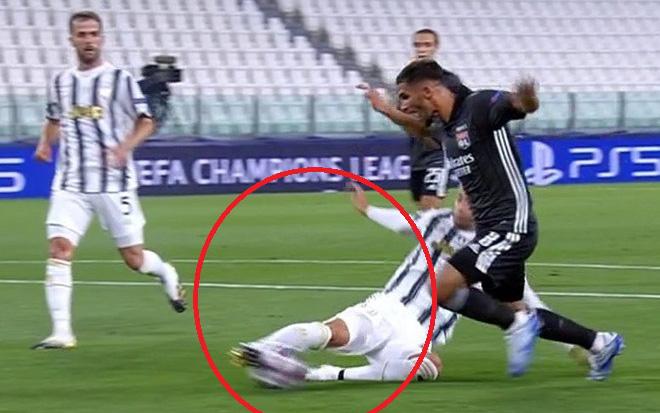 Cận cảnh 2 tình huống penalty nhạt nhẽo trong trận đấu khiến Ronaldo và Juventus bị loại khỏi Champions League