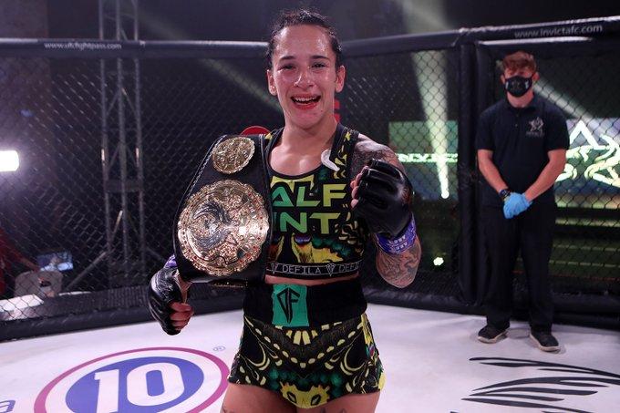 Alesha Zappitella trở thành nhà vô địch MMA thế giới mới sau khi đánh bại đối thủ bằng đòn khóa hiếm gặp - Ảnh 2.