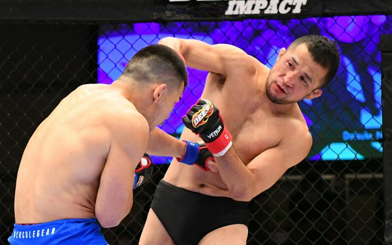 Trở lại sau 4 năm nghỉ thi đấu, huyền thoại MMA Nhật Bản khiến đối thủ phải rời sân bằng cáng