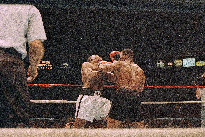 Choáng với sức mạnh đáng nể của Mike Tyson thời đỉnh cao: Chịu được 20 cú đòn ngon ơ, cho đối thủ sấp mặt chỉ bằng một cú vung tay - Ảnh 2.
