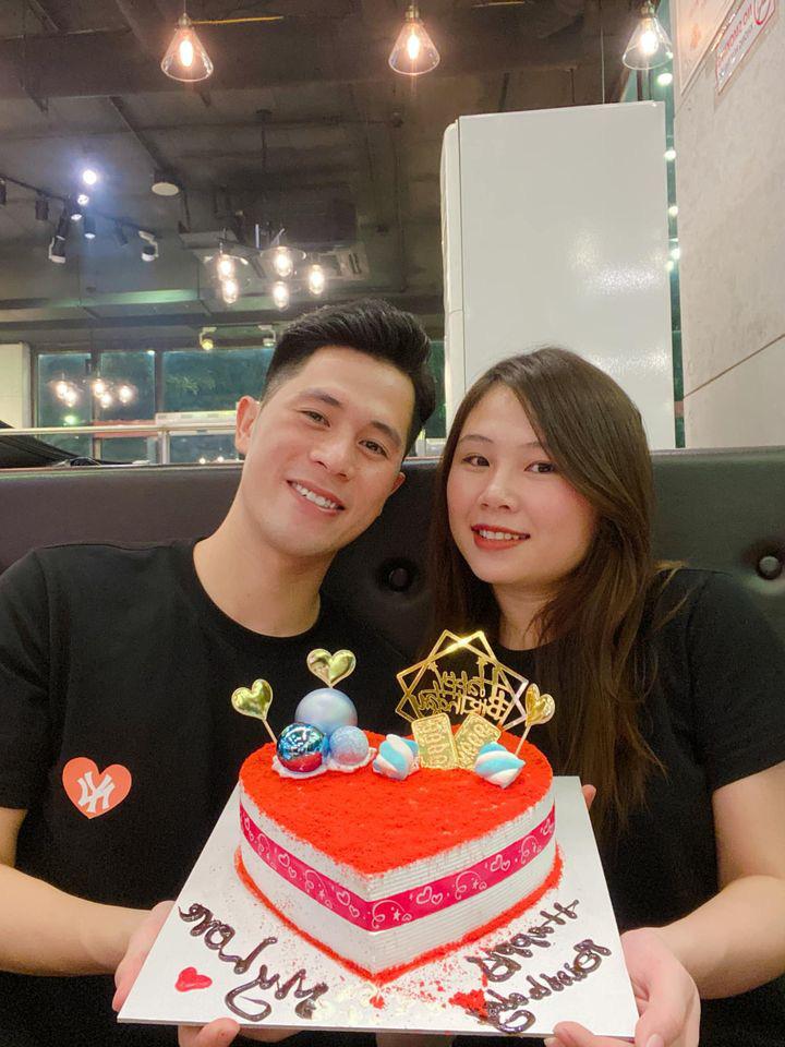Cầu thủ Đình Trọng lần đầu khoe ảnh chụp cùng bạn gái trên trang cá nhân, hội fan girl khóc ròng: Tưởng anh độc thân hóa ra đã yêu 7 năm rồi - Ảnh 1.