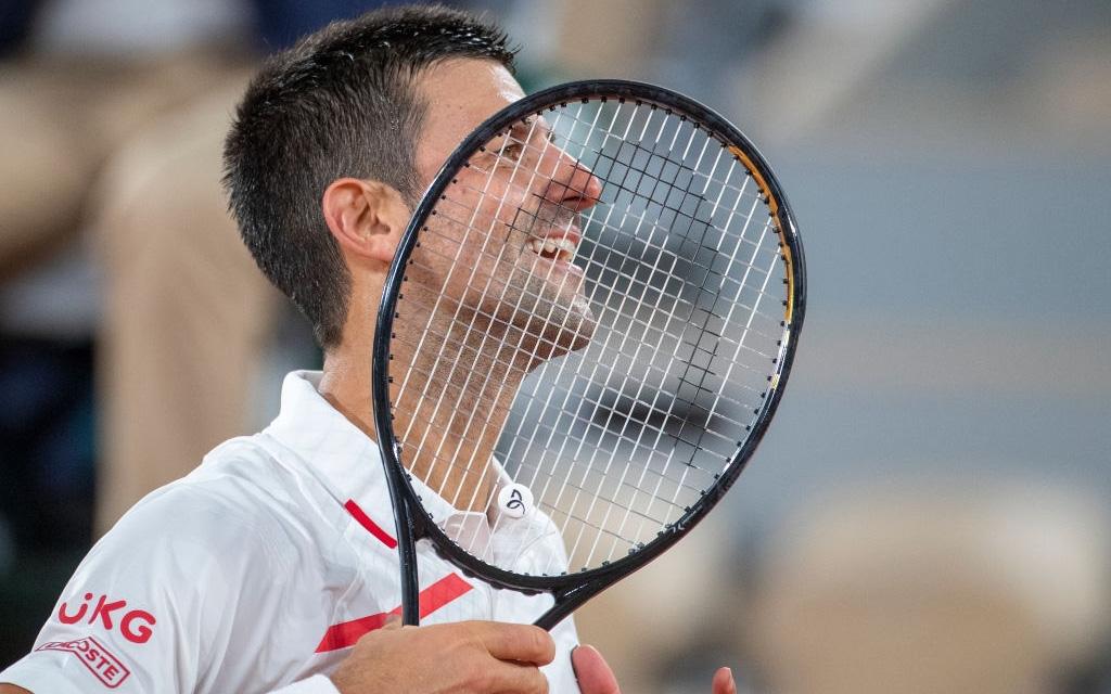 """Tay vợt số 1 thế giới khiến khán giả """"lác mắt"""" với pha hứng dính bóng điệu nghệ nhưng đàn em ở phần sân đối diện còn """"đáp trả"""" ấn tượng hơn"""
