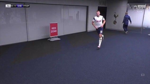 Cầu thủ trao tặng danh hiệu xuất sắc nhất trận cho chiếc bệ xí - thứ cứu anh một bàn thua trông thấy trong trận cầu đinh - Ảnh 2.