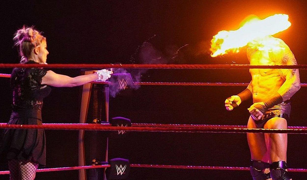 Fan hết hồn khi chứng kiến mỹ nhân Alexa Bliss ném quả cầu lửa trúng mặt của Randy Orton - Ảnh 2.