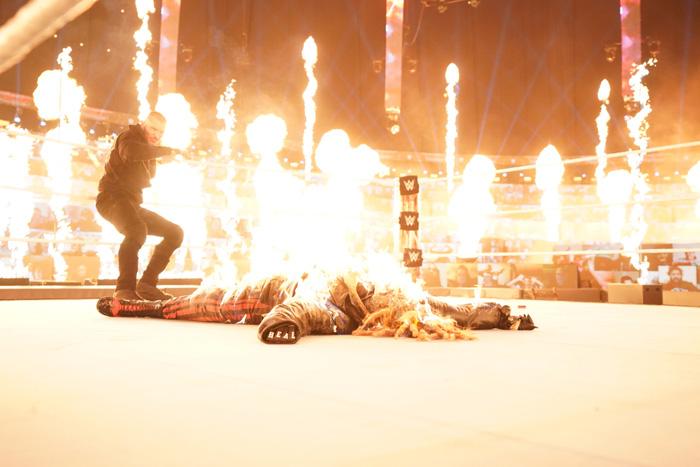 Fan hết hồn khi chứng kiến mỹ nhân Alexa Bliss ném quả cầu lửa trúng mặt của Randy Orton - Ảnh 4.