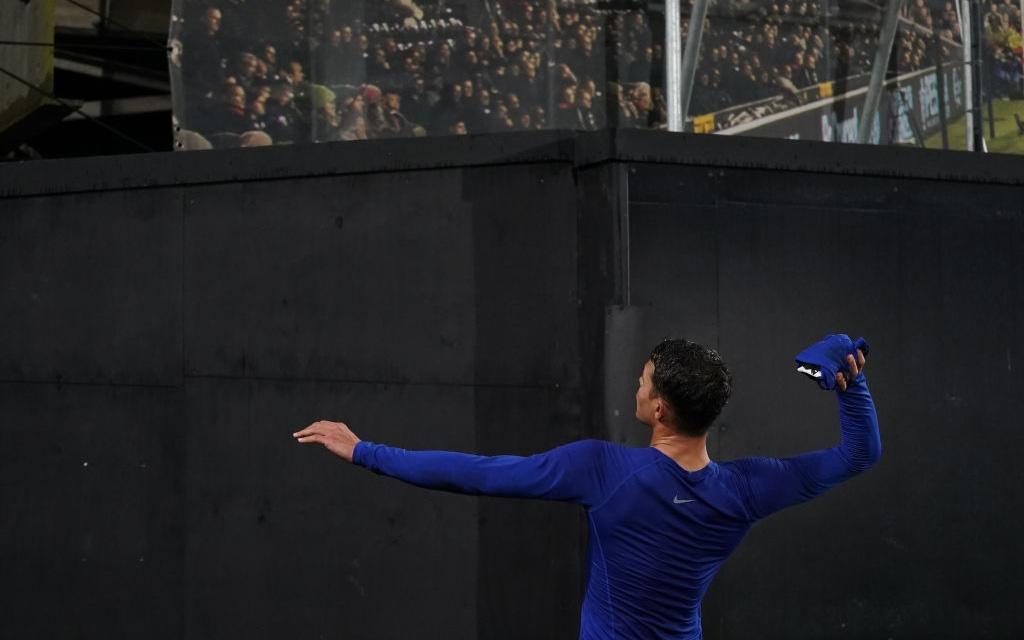 Thiago Silva đối diện án phạt nặng vì trái lời BTC, ném áo cho NHM