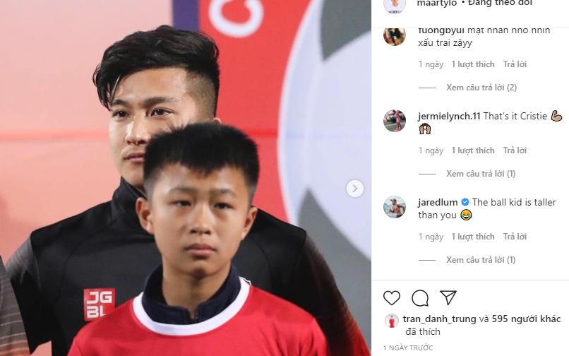 """Cầu thủ Việt kiều bị troll vì """"lùn"""" hơn cả cậu bé mascot"""