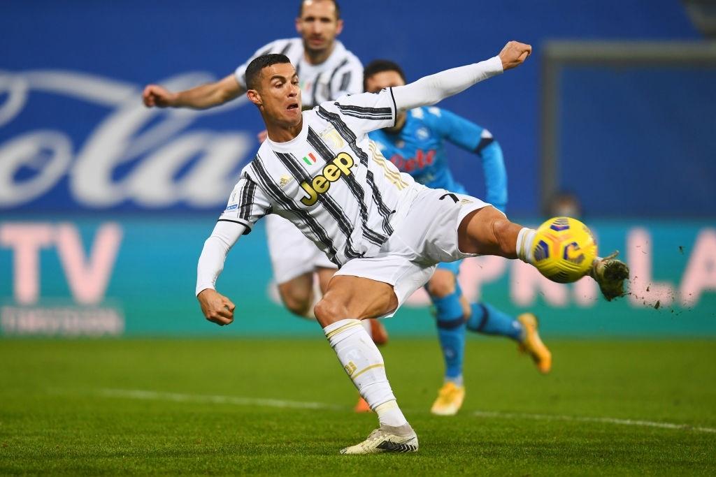 Ronaldo cười toe toét, hạnh phúc hôn cúp vô địch trong ngày chính thức trở thành CHÂN SÚT VĨ ĐẠI NHẤT lịch sử - ảnh 10