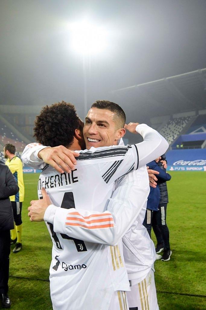 Ronaldo cười toe toét, hạnh phúc hôn cúp vô địch trong ngày chính thức trở thành CHÂN SÚT VĨ ĐẠI NHẤT lịch sử - ảnh 4