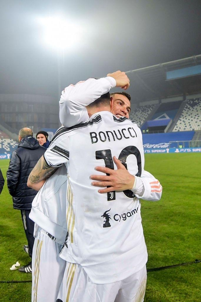 Ronaldo cười toe toét, hạnh phúc hôn cúp vô địch trong ngày chính thức trở thành CHÂN SÚT VĨ ĐẠI NHẤT lịch sử - ảnh 5