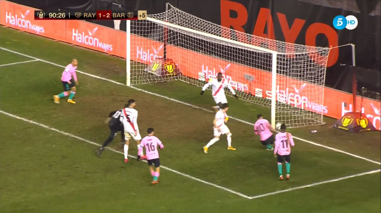 Messi rê bóng qua cả thủ môn nhưng dứt điểm hỏng ăn trước khung thành trống - Ảnh 3.