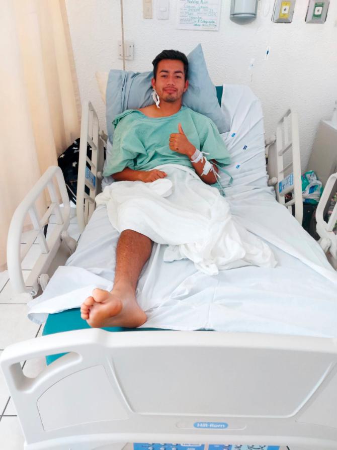 """Bị điện giật, cầu thủ trẻ phải cắt bỏ một chân và nỗi sợ hãi trong bệnh viện """"đầy rẫy bệnh nhân Covid-19"""" - Ảnh 1."""
