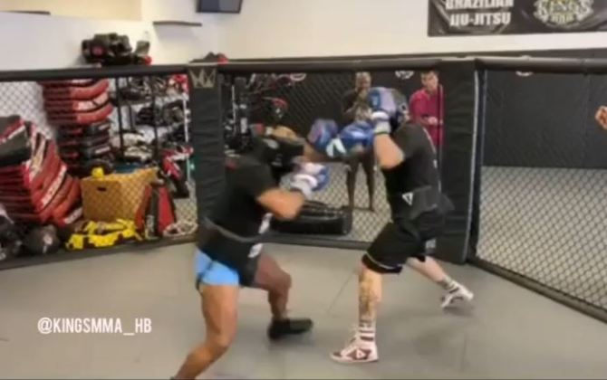 """""""Tay đấm thép"""" Mike Tyson bất ngờ xuất hiện trong lồng bát giác, dấy lên tin đồn chuẩn bị chuyển sang MMA - Ảnh 2."""