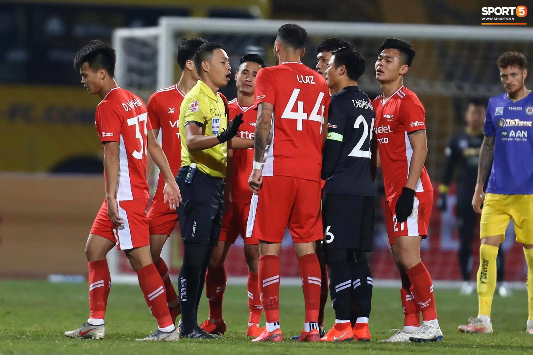 Vì sao bóng chạm tay Bùi Hoàng Việt Anh nhưng Hà Nội FC không bị thổi phạt đền? - Ảnh 2.