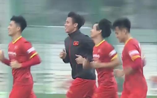 Quế Ngọc Hải mặc áo khoác ép cân, đội tuyển Việt Nam tập trung giải phóng sức ỳ