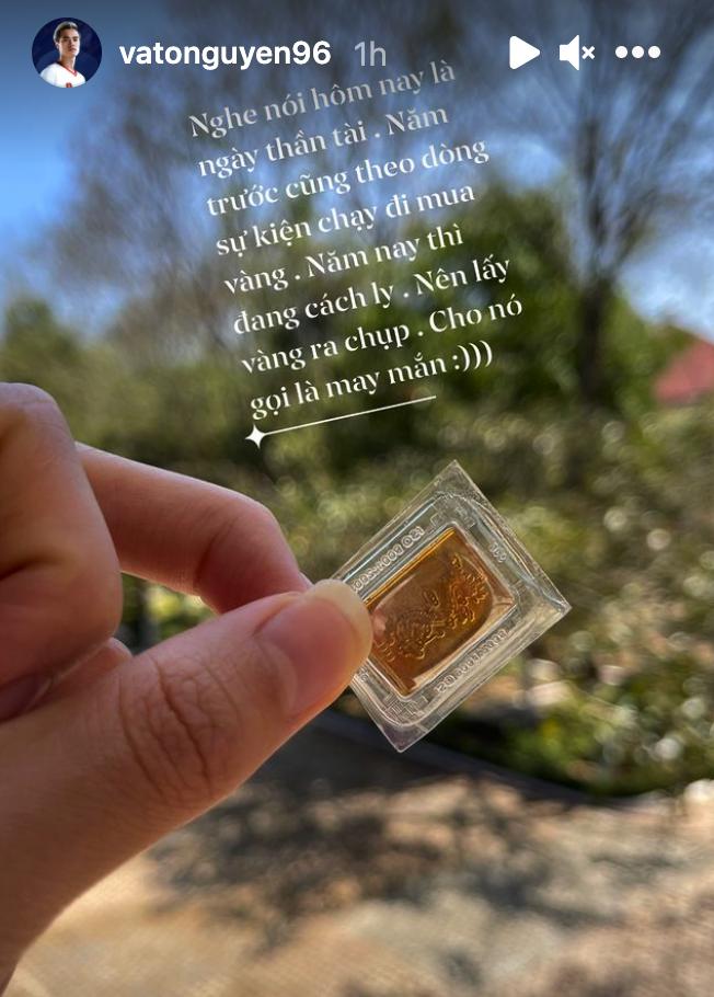 Không được ra ngoài, Văn Toàn lấy vàng ra chụp cầu may ngày Vía Thần Tài - Ảnh 1.
