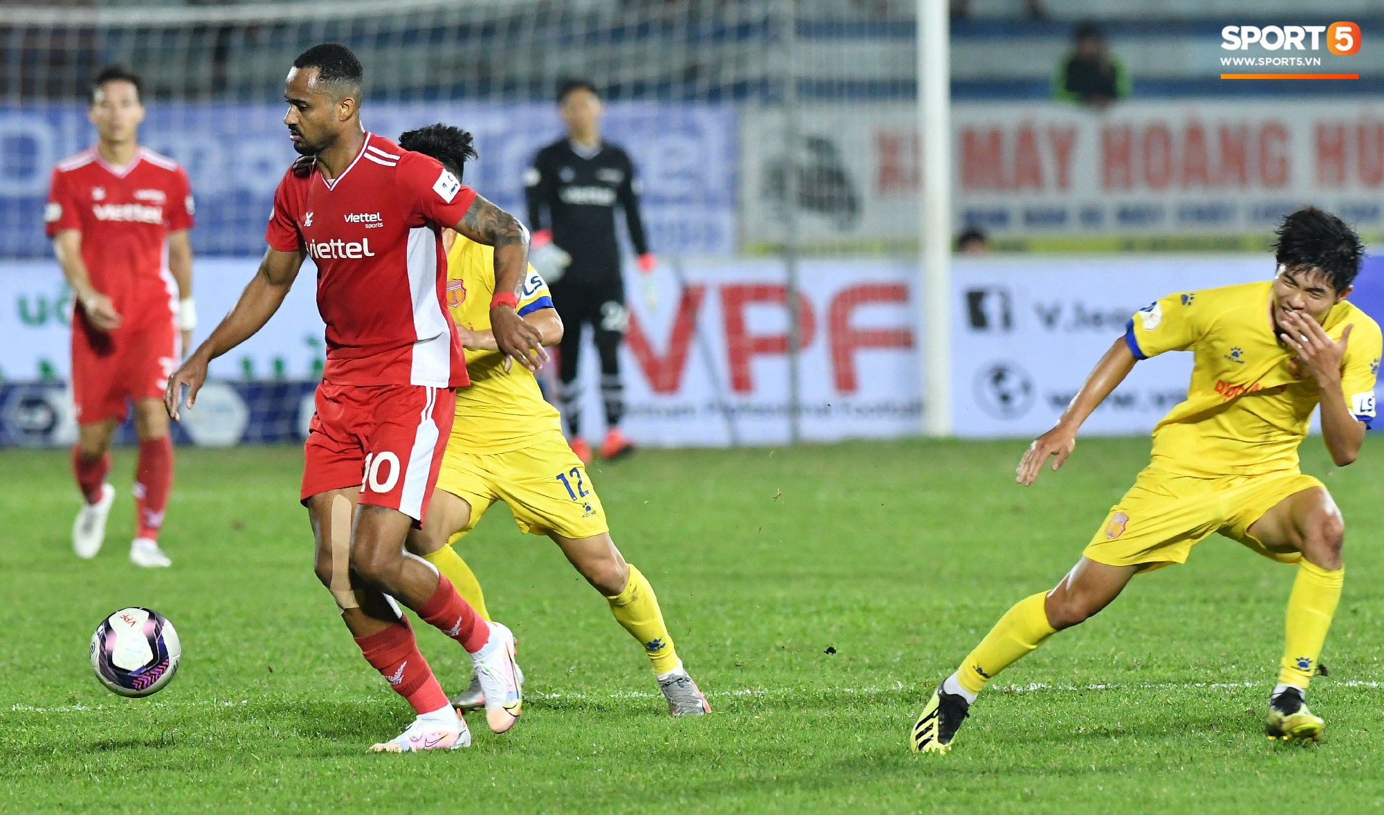 """""""Liên hoàn cùi chỏ"""" của ngoại binh Viettel FC khiến hai cầu thủ Nam Định nhăn nhó - Ảnh 2."""