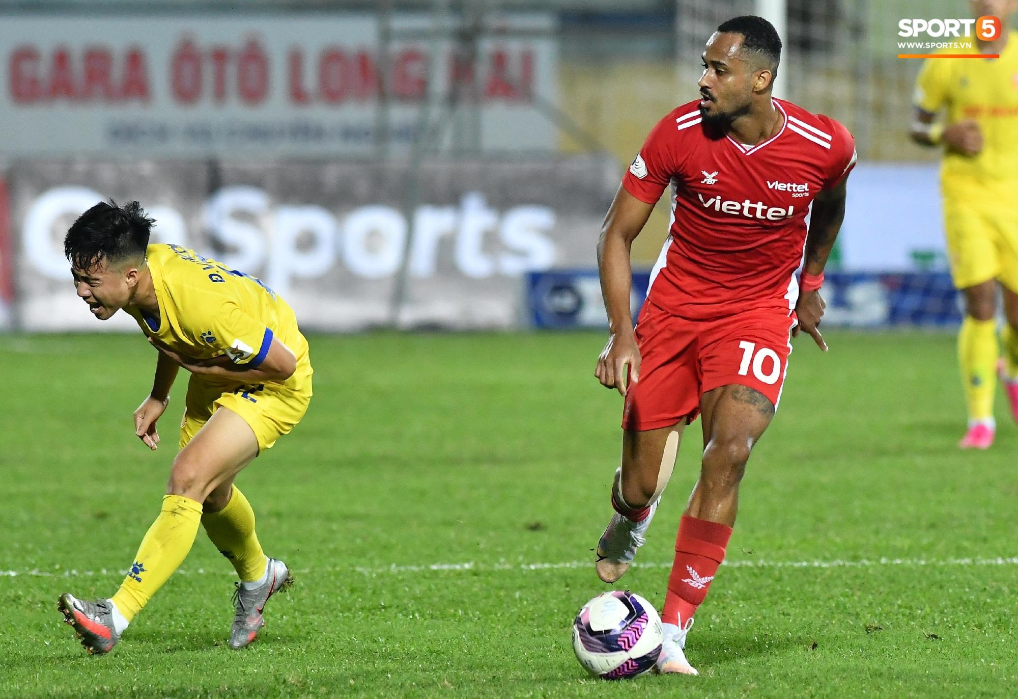 """""""Liên hoàn cùi chỏ"""" của ngoại binh Viettel FC khiến hai cầu thủ Nam Định nhăn nhó - Ảnh 3."""