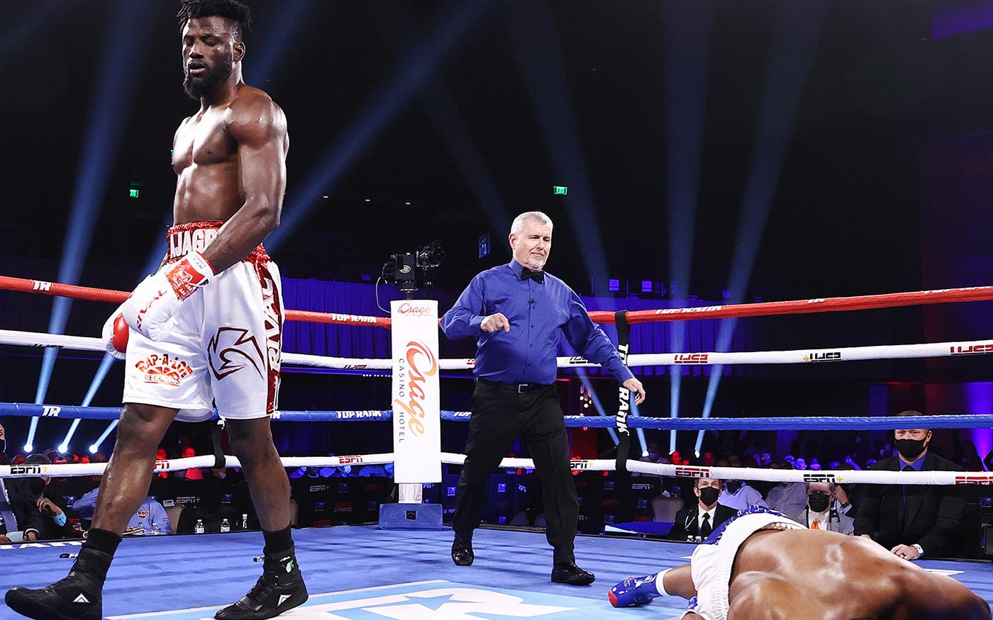 """Nhà vô địch boxing châu Phi hạ đối thủ bằng """"cú knock-out của năm"""", nâng thành tích bất bại lên con số 15"""