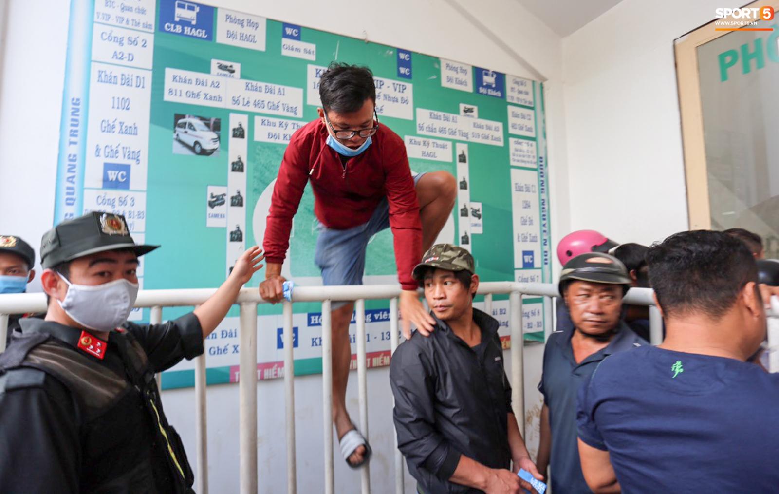 Fan Việt chen lấn mua vé xem HAGL đấu Hà Nội FC, fan Thái ghen tỵ: Khi nào nước mình mới có bầu không khí này - ảnh 2