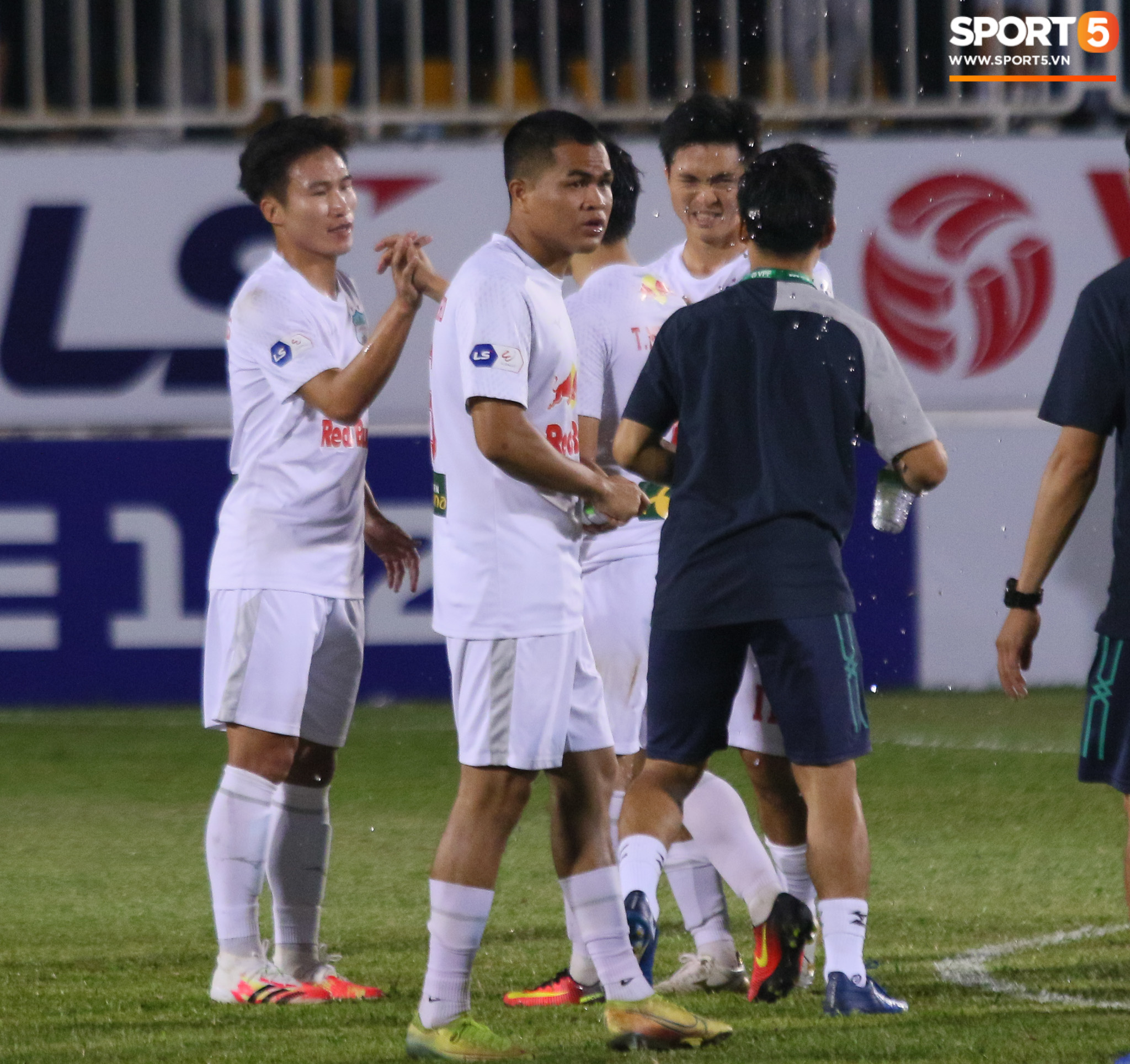 Nguyễn Tuấn Anh ăn mừng cực dị cùng Hữu Tuấn sau trận thắng Hà Nội FC - ảnh 13