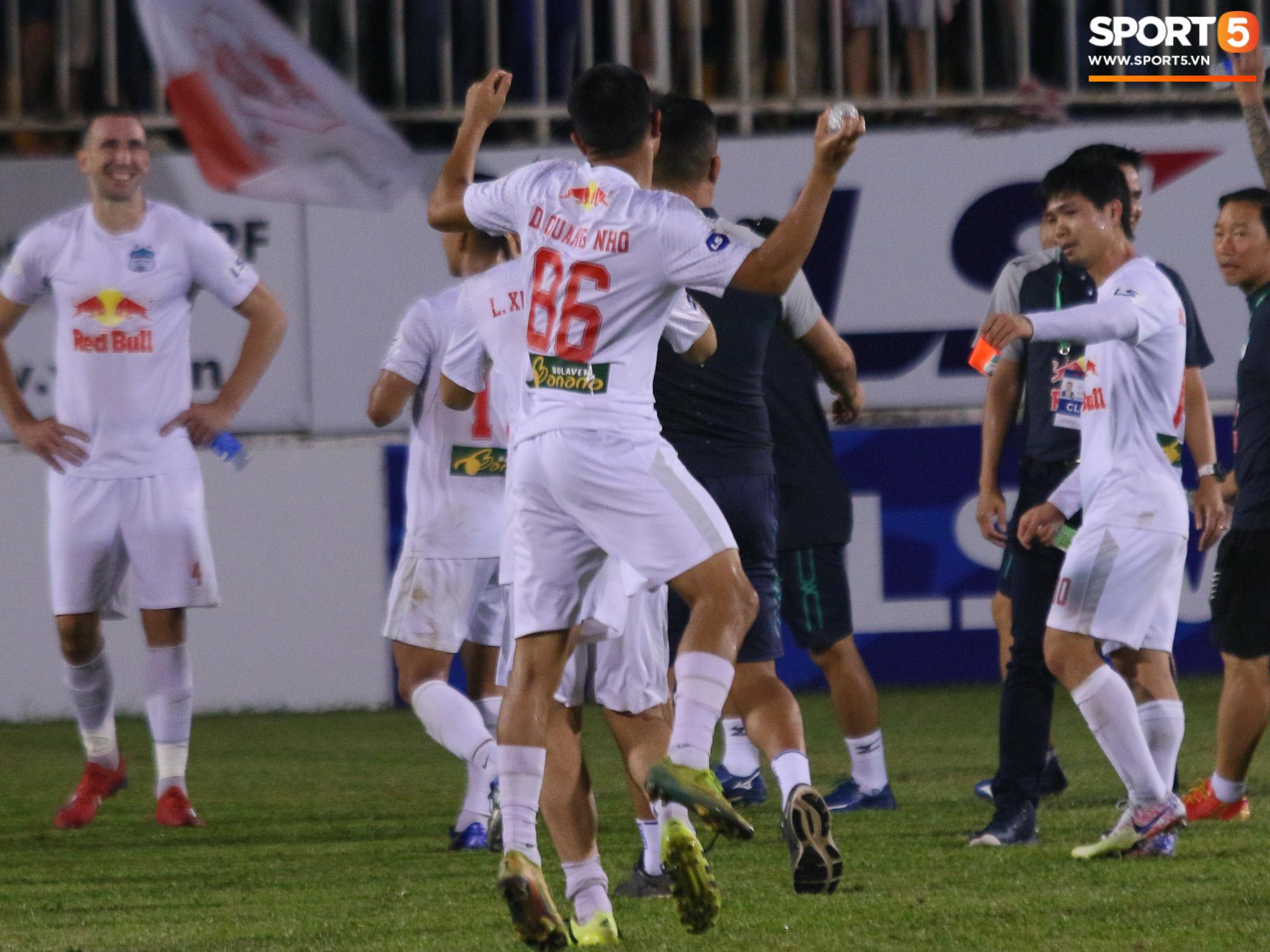 Nguyễn Tuấn Anh ăn mừng cực dị cùng Hữu Tuấn sau trận thắng Hà Nội FC - ảnh 14