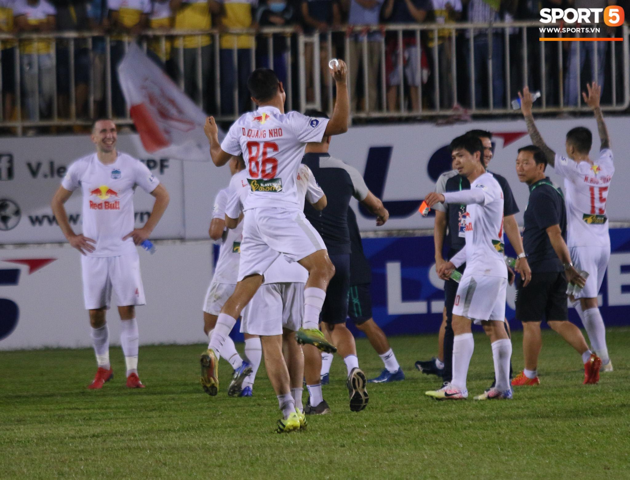 Nguyễn Tuấn Anh ăn mừng cực dị cùng Hữu Tuấn sau trận thắng Hà Nội FC - ảnh 15