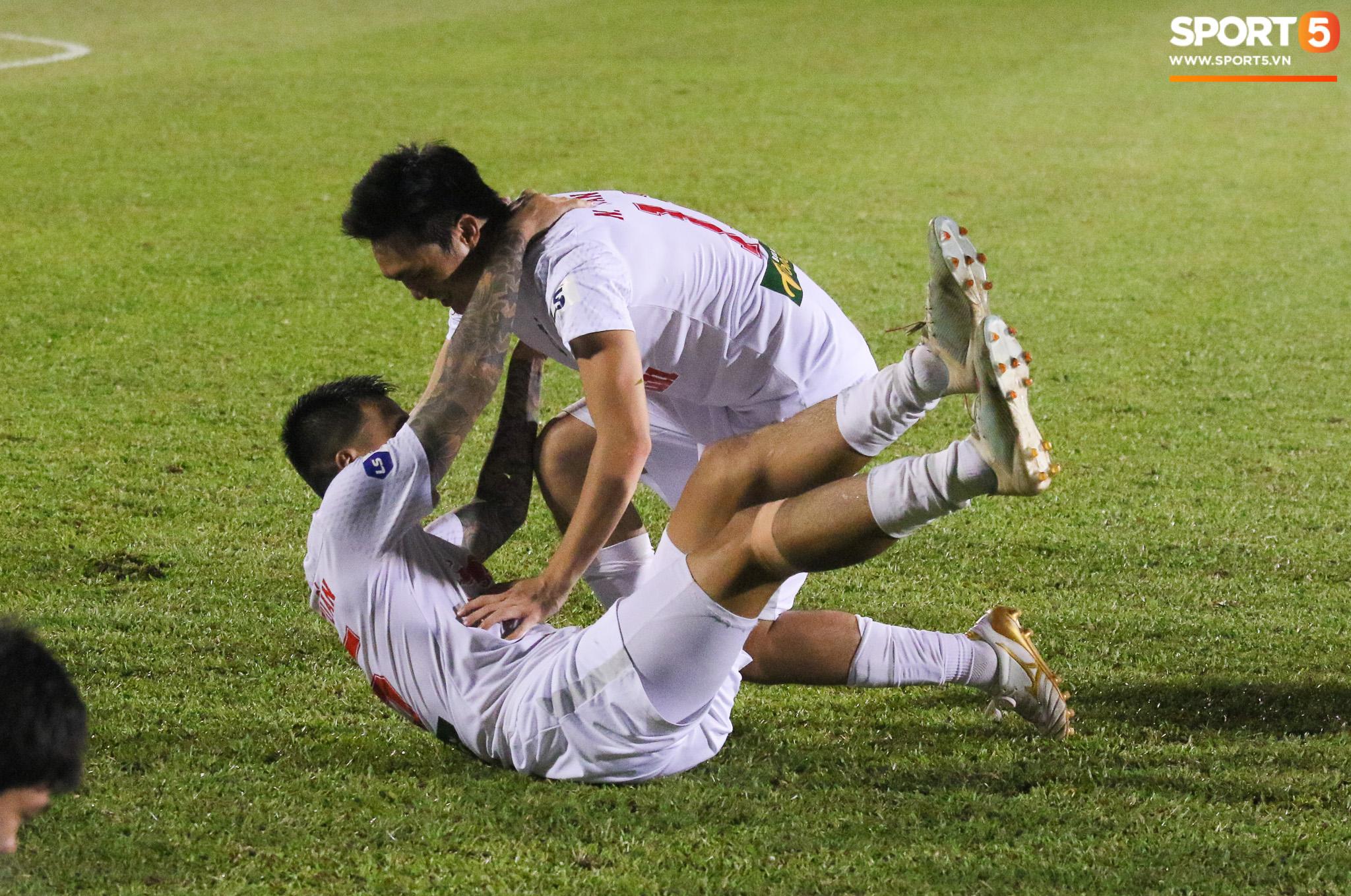 Nguyễn Tuấn Anh ăn mừng cực dị cùng Hữu Tuấn sau trận thắng Hà Nội FC - ảnh 4