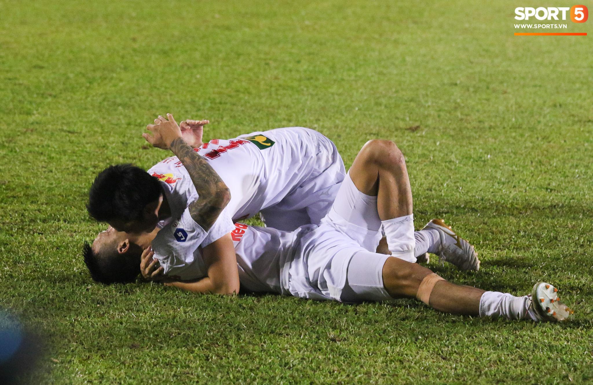 Nguyễn Tuấn Anh ăn mừng cực dị cùng Hữu Tuấn sau trận thắng Hà Nội FC - ảnh 5