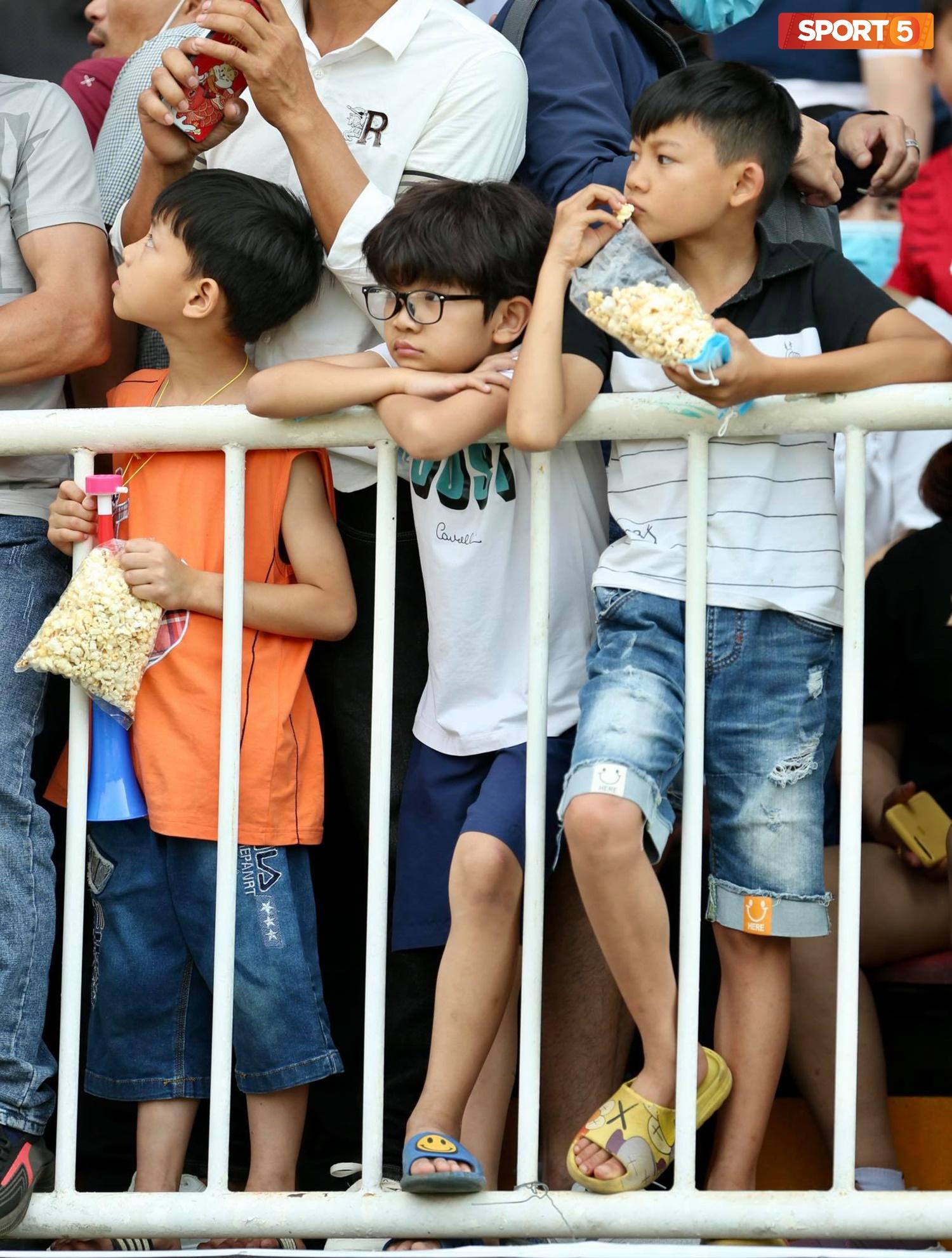 Fan phải ngồi đất, đứng chen chúc hàng loạt vì không có ghế ngồi xem trận HAGL và Hà Nội FC - ảnh 9