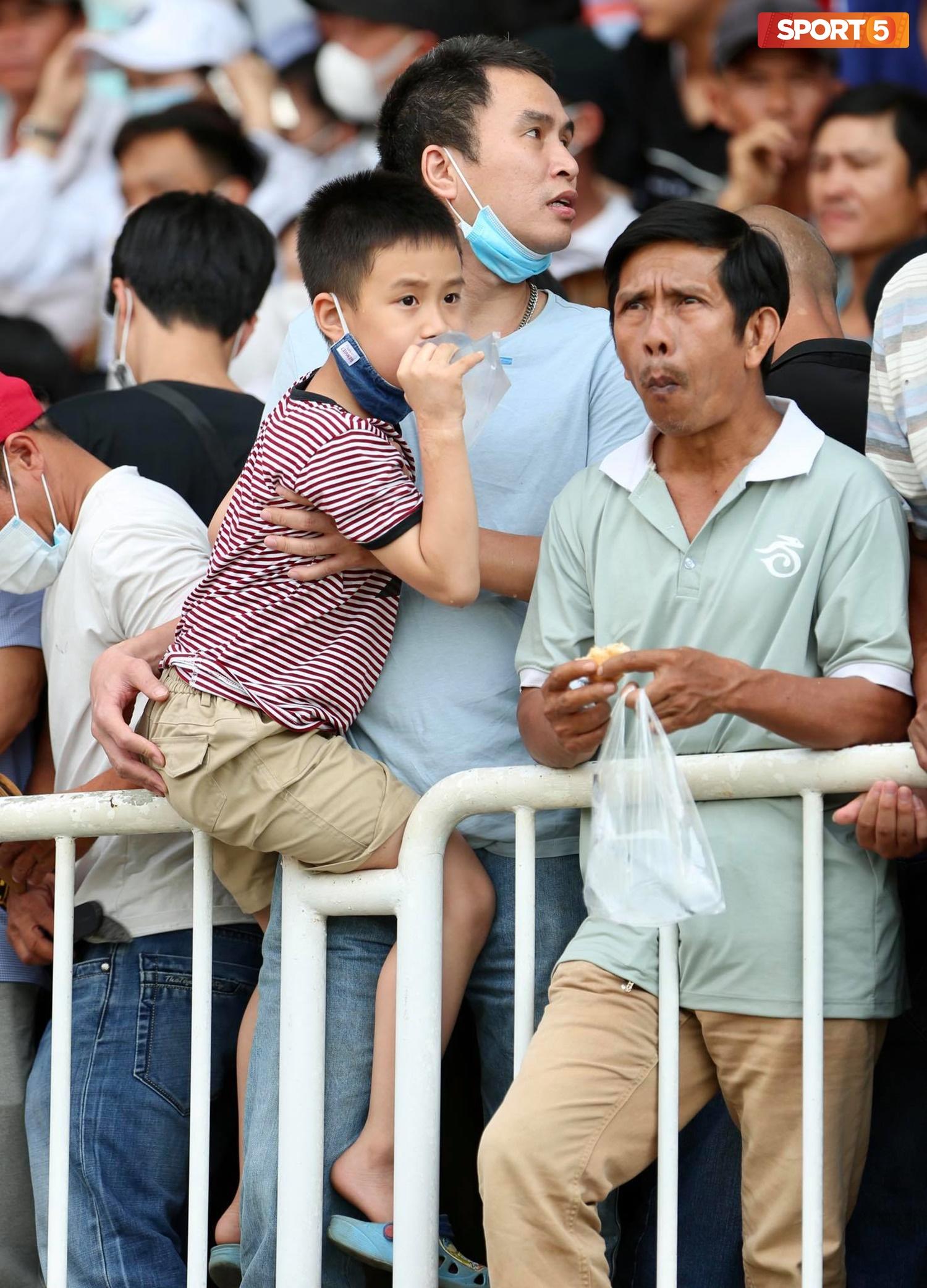 Fan phải ngồi đất, đứng chen chúc hàng loạt vì không có ghế ngồi xem trận HAGL và Hà Nội FC - Ảnh 7.