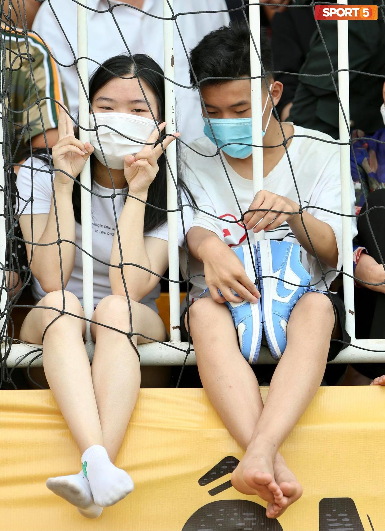 Fan phải ngồi đất, đứng chen chúc hàng loạt vì không có ghế ngồi xem trận HAGL và Hà Nội FC - Ảnh 3.