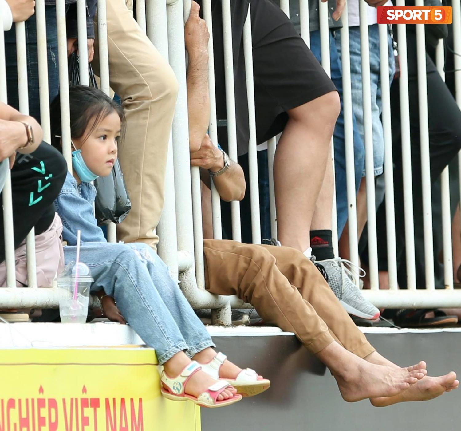 Fan phải ngồi đất, đứng chen chúc hàng loạt vì không có ghế ngồi xem trận HAGL và Hà Nội FC - ảnh 4