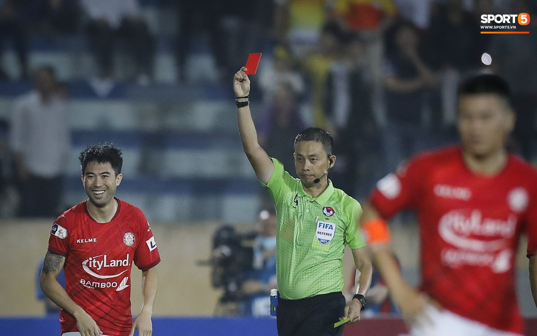 Lee Nguyễn nhận thẻ đỏ, CLB TP.HCM thua Nam Định ở trận đấu có 15 phút bù giờ