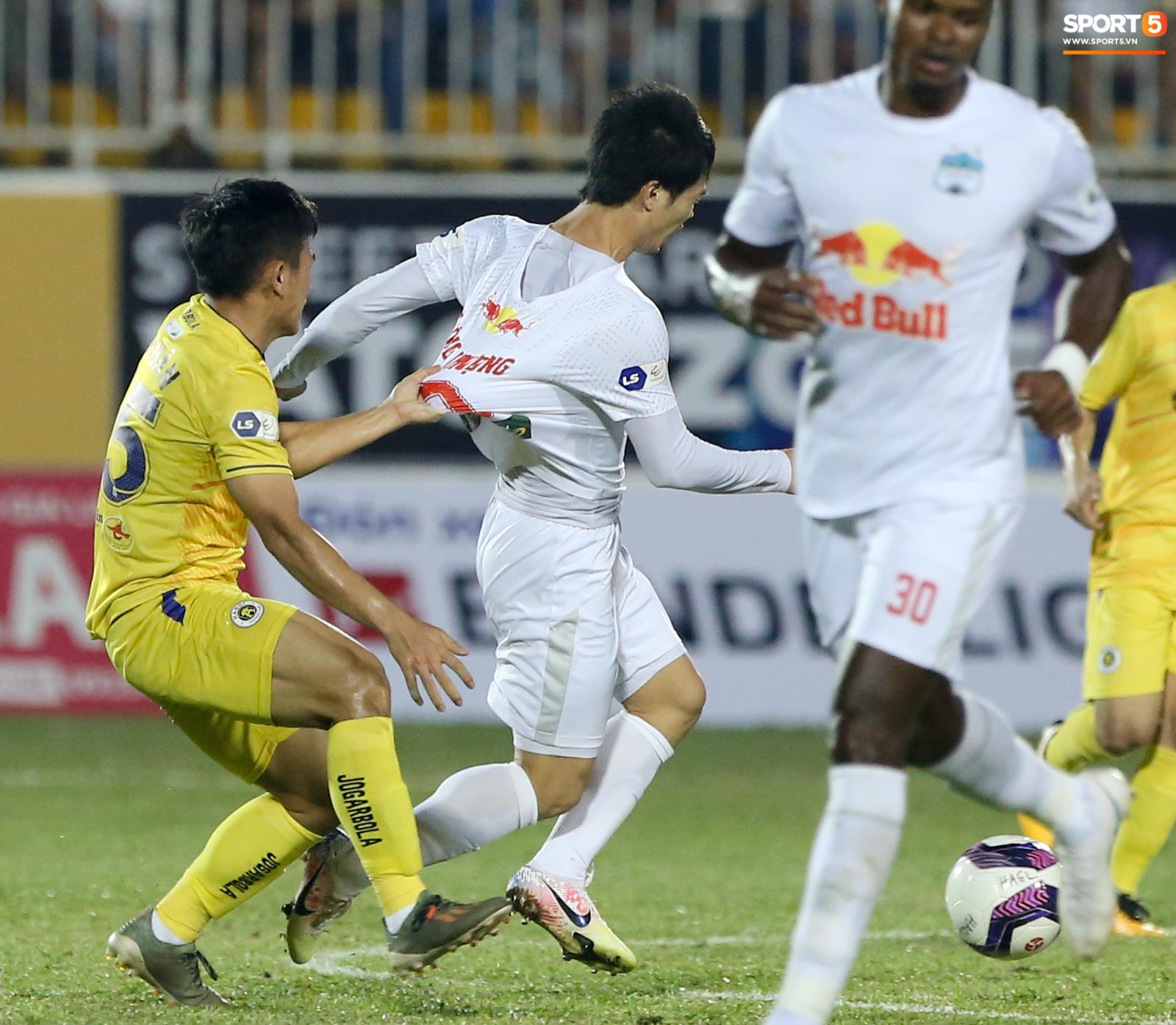 Công Phượng bị Văn Toàn vái lạy, gọi là đồ tham lam sau pha bóng trong trận thắng Hà Nội FC - ảnh 7