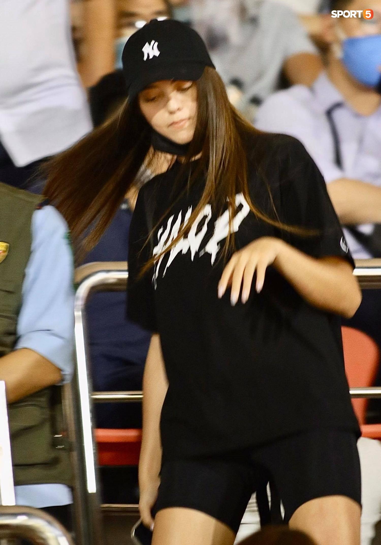 Bạn gái mẫu Tây chiếm spotlight khi đến cổ vũ Bùi Tiến Dũng bắt chính trận TP.HCM gặp Viettel - ảnh 4