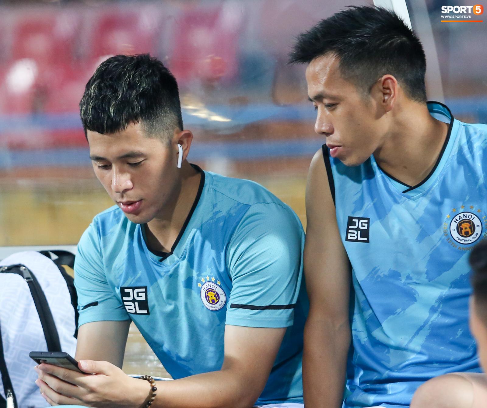 Cầu thủ Hà Nội FC xem HAGL thi đấu qua điện thoại, thất vọng khi Công Phượng ghi bàn - ảnh 8