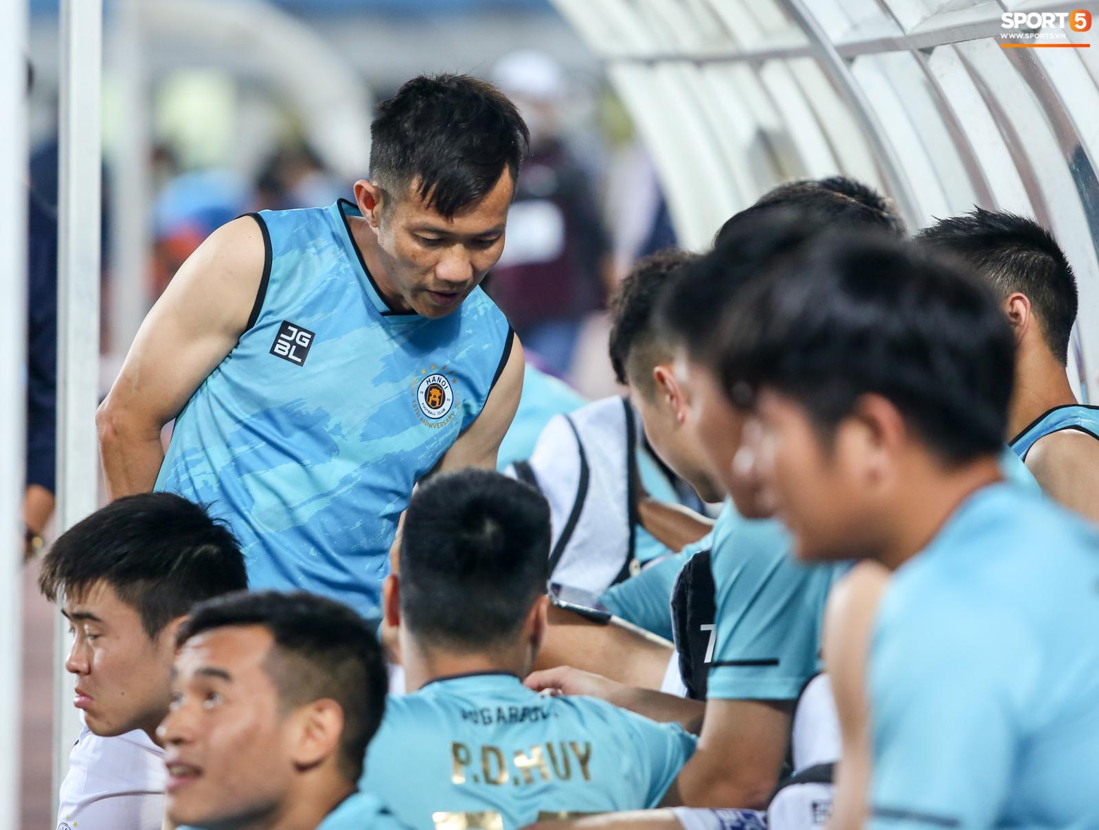 Cầu thủ Hà Nội FC xem HAGL thi đấu qua điện thoại, thất vọng khi Công Phượng ghi bàn - ảnh 7