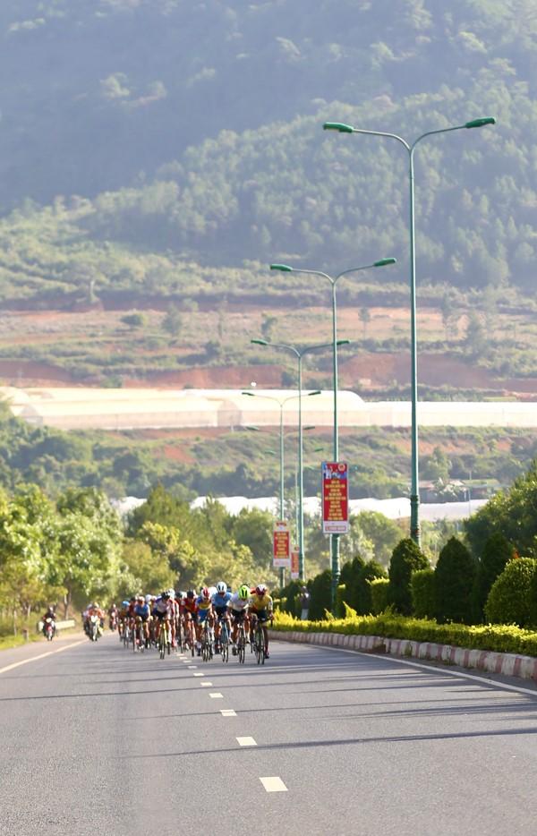 Nguyễn Minh Thiện giúp đua xe đạp Vĩnh Long lần đầu thắng chặng - ảnh 6