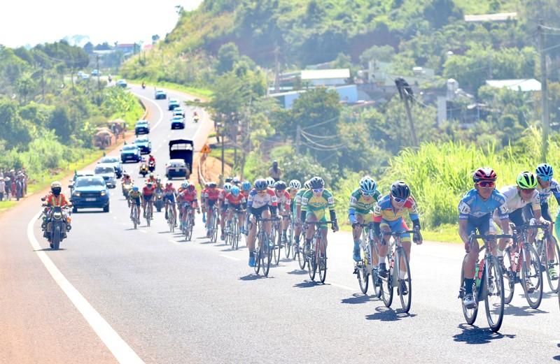 Nguyễn Minh Thiện giúp đua xe đạp Vĩnh Long lần đầu thắng chặng - ảnh 9