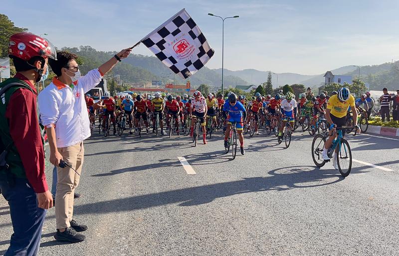 Nguyễn Minh Thiện giúp đua xe đạp Vĩnh Long lần đầu thắng chặng - ảnh 3