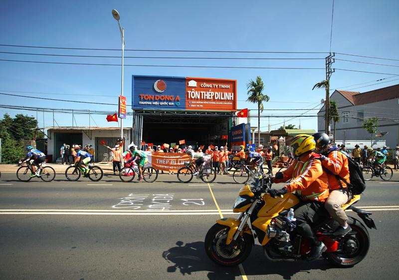 Nguyễn Minh Thiện giúp đua xe đạp Vĩnh Long lần đầu thắng chặng - ảnh 4